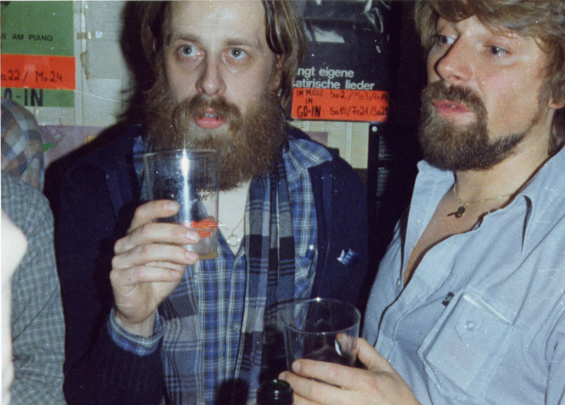 Beppo und Jürgen mit leeren Gläsern im GO-IN, dem Zentrum der Berliner Folk- und Liedermacherszene